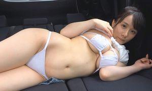 七瀬美桜 胸だけデカいエロ過ぎスタイルを車内で披露する