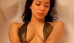 小瀬田麻由 ハミ乳全開の水着で見せるセクシーな体