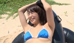 犬童美乃梨 おっぱい揺らしてビーチでハシャギ回るエロカワ娘