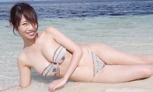 古川真奈美 浜辺でスレンダーなエロボディを披露する