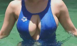 橘花凛 穴開いた競泳水着で巨乳が丸見え