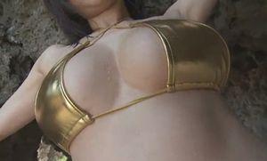 高宮まり 巨乳すぎる女流雀士が金ピカ水着でグラビア