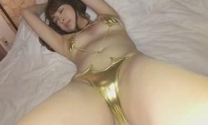 殿倉恵未 エロさが引き立つゴールド水着でたまらない誘惑ポーズ