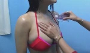 山本早織 控え室でIカップの凄い体を見せてオイルを塗られれる