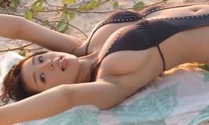 篠崎愛 ムチった身体とエロ過ぎ巨乳をセクシー水着で披露