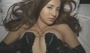 佐野千晃 エロ過ぎボンデージ衣装でおっぱいを強調して挑発