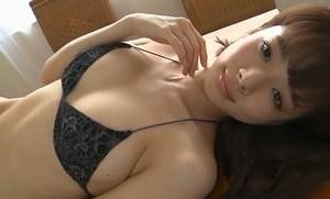 岡田紗佳 チャイナドレスを脱いで堪らんボディをアピールする