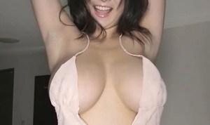 桐山瑠衣 ノーブラ爆乳を曝け出してベットの上で揺らすセクシーダンス