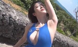 高宮まり 穴開き競泳水着でGカップの谷間を見せるストレッチ