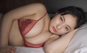 紗綾 尋常じゃないエロさの豊満ボディをセクシーに披露する