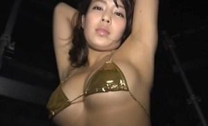 橋本梨菜 黄金ビキニで下乳丸出しでエロダンス