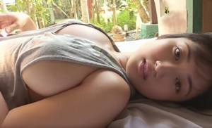 紗綾 タンクトップから覗くボリューミーでスベスベのエッチなおっぱい
