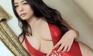 川村ゆきえ 谷間全開のセクシー水着でエッチな身体をアピールする