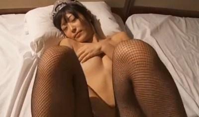 柚木しおり メイドが脱がされて正常位で擬似セックスする