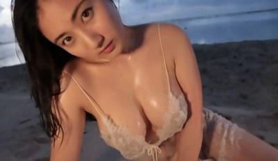 紗綾 むっちりボディを夕暮れのビーチで見せる