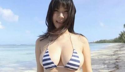鈴木ふみ奈 浜辺の天使がビキニからこぼれそうな巨乳を揺らす