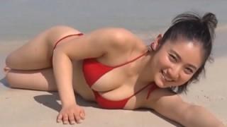 紗綾 ビーチではしゃぐ豊かに成長したムチムチな体とおっぱい