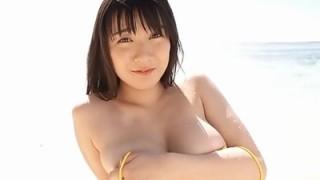 紺野栞 豊満ムチムチのオッパイボディをビーチで見せちゃう