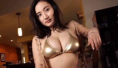 紗綾 ピチピチムチムチのおっぱいがエロいメタリックビキニ
